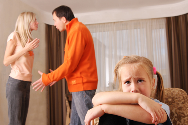 parents-fighting-in-front-of-daughter_gmswyj